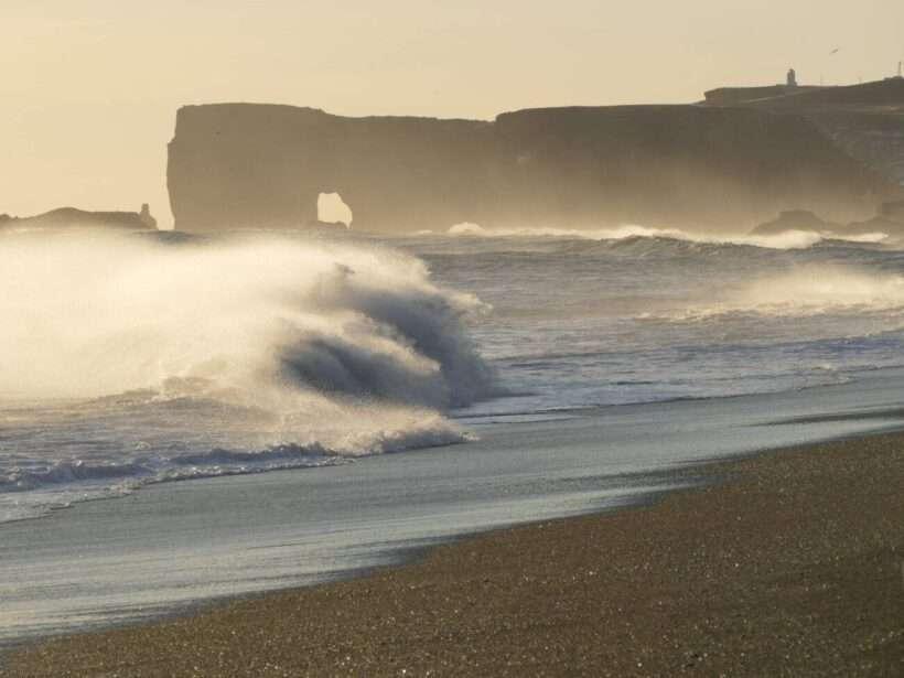 aurore-boreali-islanda-mare-mosso-reynisfjara-beach-naturaviaggi