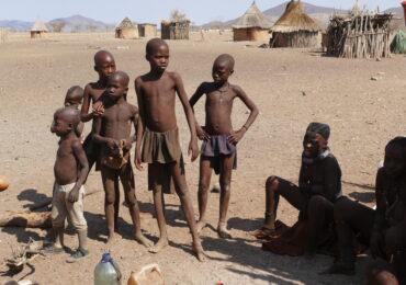 Namibia ragazzi himba naturaviaggi 370x260 Namibia Grand Tour nell 8217 Africa mistica