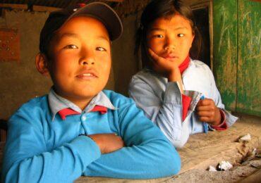 Nepal studenti contenti di poter studiare naturaviaggi 370x260 Nepal